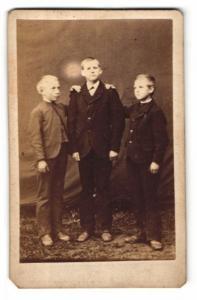 Fotografie unbekannter Fotograf und Ort, Portrait drei Knaben in zeitgenöss. Kleidung