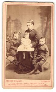 Fotografie George Downes, Bedford, Portrait einer Mutter mit drei Kindern