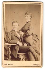 Fotografie Gebr. Martin, Augsburg, Portrait junges elegant gekleidetes Paar