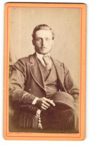 Fotografie Abel Lewis, Douglas, Portrait junger charmant blickender Mann im Anzug