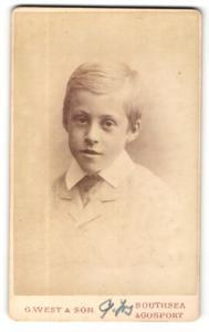 Fotografie G. West, Gosport, Portrait frecher blonder Bube mit Seitenscheitel