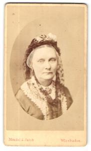 Fotografie Mondel & Jacob, Wiesbaden, Portrait betagte Dame mit freundlichem Blick und Kopfschmuck