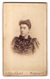 Fotografie Atelier Schubert, Freiberg i. S., Portrait brünette Schönheit in prachtvoll gerüschter Bluse