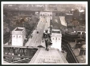 Fotografie Keystone, Ansicht Newcastle, Arbeiter mit Farbeimer auf der Tyneside Bridge