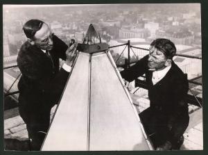 Fotografie Keystone, Ansicht Washington D.C., Arbeiter prüfen Spitze des Washington Monument auf Schäden