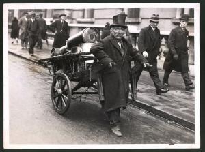 Fotografie Keystone, Ansicht London, Gebraucht Kleider-Händler mit seinem Karren