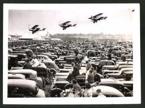 Fotografie Keystone, Ansicht Hendon, Flugschau der Royal Airforce, Flugzeuge über dem Parkplatz