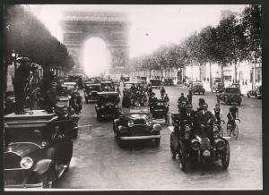 Fotografie Keystone, Ansicht Paris, Auto's von 1900 auf dem Champs Elysees, Triumphbogen