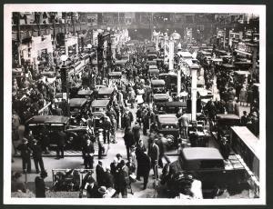 Fotografie Auto-Ausstellung London, Ansicht der Messestände in Olympia-Hall