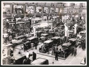 Fotografie Auto-Ausstellung London, Motor Show at Olympia, Messestand von Austin, Morris, Standard, Humber u.a.