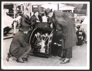Fotografie Auto-Ausstellung London, Auto Rover Scarab mit 2-Zylinder V-Motor im Heck