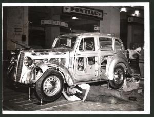 Fotografie Auto-Ausstellung London, Auto Hillman Ghost Minx, PKW mit durchsichtigen Elementen am Messestand