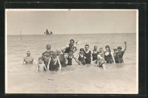 AK Männer und Frauen in Bademode im Wasser