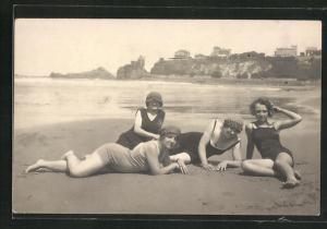 AK Frauen liegen in Bademode am Strand