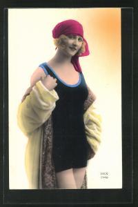 AK Frau in Badeanzug mit rotem Tuch und Bademantel, Bademode