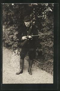 AK Jäger mit Gewehr, Hut und Zigarette im Mund, Jagd