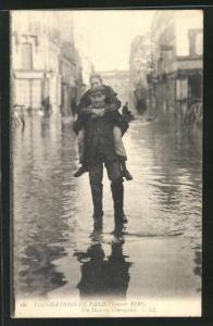 AK Paris, Inondations 1910, Un Homme Courageux, Hochwasser