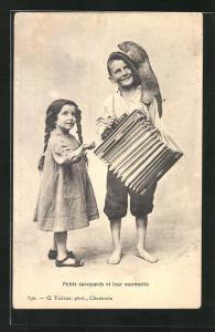 AK Kinder mit Akkordeon und zahmem Murmeltier