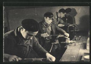 AK Dans un a atelier de jeunesse, Le préapprentissage fer, Jungen an der Werkbank, Fabrikarbeiter