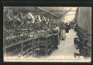 AK La Loire, Industrie et Commerce, Interieur d`atelier de Metiers a lacets, Fabrikarbeiter