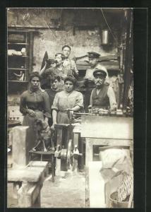 AK Fabrikarbeiter stehen in der Werkstatt