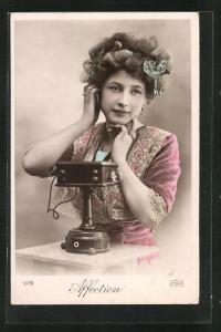 AK Affection, junge Frau beim Telefonieren