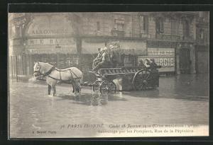 AK Paris, Inondations 1910, Sauvetage par les Pompiers, Rue de la Pepiniere, Hochwasser