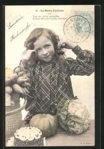 AK La Petite Curieuse, Mädchen mit Blumenkohl