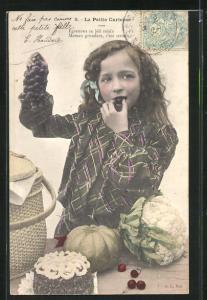 AK La Petite Curieuse, Mädchen mit Weintrauben