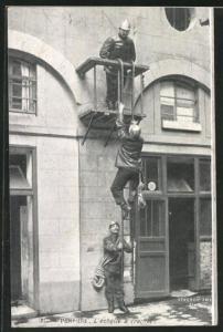 AK Feuerwehrmänner klettern mit einer Leiter ein Haus hinauf