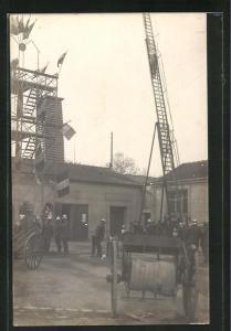 Foto-AK Feuerwehrleute in Uniform mit einer Leiter