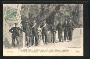 AK Menton, Frontière Franco-Italienne, Douaniers Francais, Douaniers et Gendarmes Italiens, Zöllner an der Grenze
