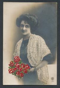 Stick-AK Schöne Frau in gestickter Jacke mit Blumenstrauss