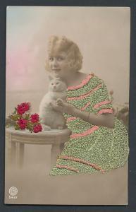 Stick-AK Schöne Blondine in gesticktem Kleid mit weisser Katze