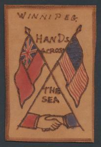 Leder-AK Winnipeg, Hands across the Sea, Brite und US-Amerikaner reichen sich die Hände