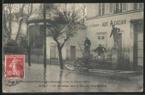AK Alfort, Crue de 1910, Un Sauvetage dans la Rue des Deux-Moulins, Strassenpartie bei Hochwasser