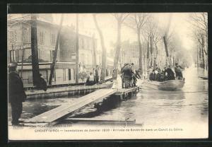 AK Choisy-le-Roi, Inondations 1910, Arrivee de Sinistres dans un Canot du Genie, Hochwasser