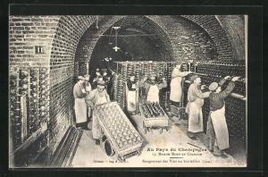 AK Champagne, Maison Moet et Chandon, Rangement des Vins en bouteilles, Arbeiter im Weinkeller, Weinlagerung