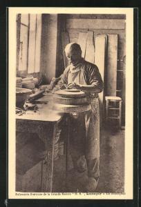 AK Quimper, Faiencerie Bretonne de la Grande Maison HB, Un Estampeur, Töpfer bei der Arbeit