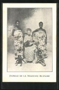 AK Albino Frau neben schwarzen Frauen und Kinder, Famille de la Negresse Blanche, Behinderter
