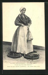 AK Marseille, Poissonière, Frau verkauft ihren frischen Fisch