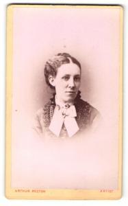 Fotografie Arthur Reston, Stretford, Portrait hübsches Mädchen mit Hochsteckfrisur