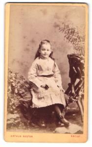Fotografie Arthur Reston, Stretford, Portrait kleines Mädchen im Kleid