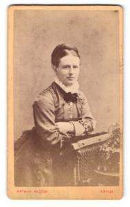 Fotografie Arthur Reston, Stretford, Portrait feine Dame im Kleid