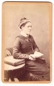 Fotografie Arthur Reston, Stretford, Portrait junge Dame mit Kopschmuck & Buch