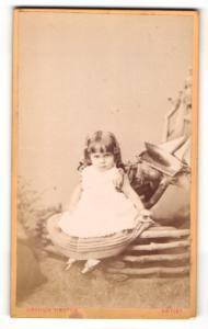 Fotografie Arthur Reston, Stretford, Portrait niedliches kleines Mädchen im weissen Kleid