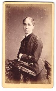 Fotografie Reston, Stretford, Frau im Kleid