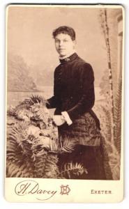 Fotografie H. Davey, Exeter, Dame im Kleid neben Farn