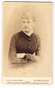 Fotografie Hills & Saunders, Oxford, Dame im Kleid mit Halskette und Armreif