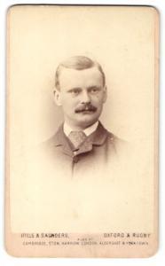 Fotografie Hills & Saunders, Oxford, Mann mit gepunkteter Krawatte im Anzug